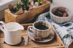 Άνετο χειμερινό πρωί στο σπίτι Καφές, γάλα και σοκολάτα στον ξύλινο δίσκο Λουλούδια Huacinth στο υπόβαθρο Θερμή διάθεση Στοκ Εικόνες