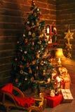 Άνετο δωμάτιο διακοπών με το χριστουγεννιάτικο δέντρο και τα δώρα Στοκ εικόνες με δικαίωμα ελεύθερης χρήσης