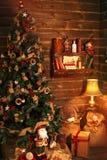 Άνετο δωμάτιο διακοπών με το χριστουγεννιάτικο δέντρο και τα δώρα Στοκ Φωτογραφία