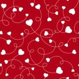 Άνευ ραφής άσπρες καρδιές σχεδίων σε ένα κόκκινο υπόβαθρο Στοκ Εικόνα