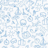 Άνευ ραφής απεικόνιση με τα απλά hand-drawn εικονίδια στο θέμα του καλοκαιριού και τις διακοπές, μπλε εικονίδια περιγράμματος στο Στοκ φωτογραφία με δικαίωμα ελεύθερης χρήσης