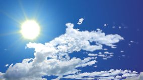 Άνευ ραφής βίντεο μήκους σε πόδηα του φωτεινού ηλιόλουστου μπλε ουρανού ημέρας καλός καιρός απόθεμα βίντεο