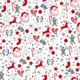 Άνευ ραφής γκρίζο ασημένιο και κόκκινο σχέδιο Χριστουγέννων στο άσπρο υπόβαθρο με τα ελάφια, χιονάνθρωπος, καραμέλα, κάλτσα, αστέ διανυσματική απεικόνιση