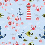 Άνευ ραφής διανυσματικό σχέδιο θάλασσας με τα ριγωτά ψάρια, άγκυρες, κοχύλια, καβούρια, φάρος, θαλάσσια φυτά στο μπλε υπόβαθρο ελεύθερη απεικόνιση δικαιώματος