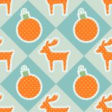 Άνευ ραφής διανυσματικό σχέδιο Χριστουγέννων με τα deers και τις σφαίρες Στοκ Εικόνα