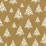 Άνευ ραφής επαναλάβετε το διανυσματικό λευκό χριστουγεννιάτικων δέντρων σχεδίων αφηρημένο συρμένο χέρι σε καφετί χαρτί τεχνών Μεγ διανυσματική απεικόνιση