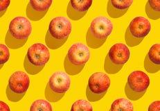 Άνευ ραφής ζωηρόχρωμο σχέδιο μήλων στο κίτρινο υπόβαθρο Στοκ φωτογραφία με δικαίωμα ελεύθερης χρήσης
