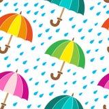 άνευ ραφής διάνυσμα προτύπων Βροχερή ημέρα και φωτεινές ομπρέλες Στοκ Φωτογραφίες