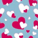 Άνευ ραφής διανυσματικές ραμμένες σχέδιο κόκκινες και άσπρες καρδιές σε ένα μπλε πλεκτό υπόβαθρο χειροποίητος Ημέρα forValentine  Στοκ Εικόνες