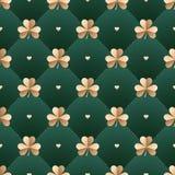 Άνευ ραφής ιρλανδικό χρυσό σχέδιο με το τριφύλλι και καρδιά σε ένα σκούρο πράσινο υπόβαθρο Σχέδιο για το ST Πάτρικ Day επίσης cor Στοκ φωτογραφίες με δικαίωμα ελεύθερης χρήσης