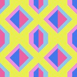 Άνευ ραφής κίτρινο σχέδιο με τις μπλε και ρόδινες γεωμετρικές μορφές στοκ εικόνα με δικαίωμα ελεύθερης χρήσης