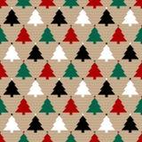 Άνευ ραφής καφετί έγγραφο σχεδίων και κόκκινο πράσινο μαύρο λευκό χριστουγεννιάτικων δέντρων ελεύθερη απεικόνιση δικαιώματος