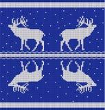 Άνευ ραφής οριζόντιο σχέδιο με τα deers και χιόνι από τα άσπρα πλεκτά λωρίδες σε ένα μπλε υπόβαθρο Στοκ φωτογραφία με δικαίωμα ελεύθερης χρήσης
