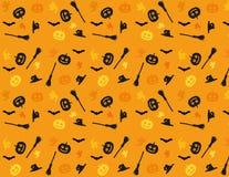 Άνευ ραφής πορτοκαλί υπόβαθρο με ένα θέμα αποκριών Το υπόβαθρο παρουσιάζει μια κολοκύθα, μια σκούπα, την ΚΑΠ μιας μάγισσας, ένα φ διανυσματική απεικόνιση