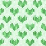 Άνευ ραφής πράσινο σχέδιο με τις πλεκτές καρδιές Στοκ Φωτογραφία