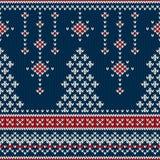 Άνευ ραφής πλέκοντας σχέδιο χειμερινών διακοπών με ένα χριστουγεννιάτικο δέντρο Στοκ Εικόνες