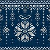 Άνευ ραφής πλέκοντας σχέδιο χειμερινών διακοπών με τις σφαίρες χριστουγεννιάτικων δέντρων Στοκ εικόνες με δικαίωμα ελεύθερης χρήσης