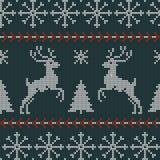 Άνευ ραφής σκανδιναβικό πλέκοντας διανυσματικό σχέδιο Χριστουγέννων με fir-trees, snowflakes, τα ελάφια και τα διακοσμητικά λωρίδ Στοκ εικόνες με δικαίωμα ελεύθερης χρήσης