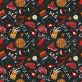 Άνευ ραφής σχέδιο θερινό BBQ του κόμματος σχαρών Γυαλί κόκκινου, άσπρου VineSteak, λουκάνικο, πλέγμα σχαρών, λαβίδες, δίκρανο Μαύ απεικόνιση αποθεμάτων