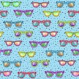 Άνευ ραφής σχέδιο με τα γυαλιά σε ένα μπλε υπόβαθρο απεικόνιση αποθεμάτων