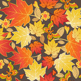 Άνευ ραφής σχέδιο με τα ζωηρόχρωμες φύλλα και τις πεταλούδες φθινοπώρου VE Στοκ φωτογραφία με δικαίωμα ελεύθερης χρήσης