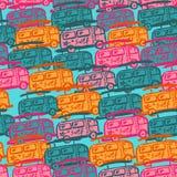 Άνευ ραφής σχέδιο με τα πολύχρωμα λεωφορεία διανυσματική απεικόνιση