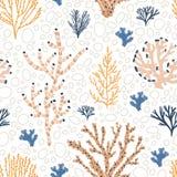 Άνευ ραφής σχέδιο με τα πορτοκαλιές και μπλε κοράλλια, το φύκι και τις φυσαλίδες στο άσπρο υπόβαθρο Σκηνικό με εξωτικό υποβρύχιο απεικόνιση αποθεμάτων