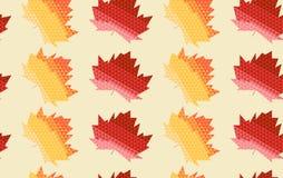 Άνευ ραφής σχέδιο με τα φύλλα φθινοπώρου που αποτελείται από τα κόκκινα και κίτρινα τρίγωνα στο κίτρινο υπόβαθρο Διανυσματική απεικόνιση