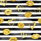 Άνευ ραφής σχέδιο με τα χρυσές χειλικές φιλιά και τις καρδιές Στοκ Εικόνες