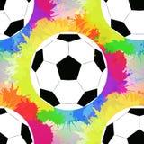 Άνευ ραφής σχέδιο με τις άσπρες σφαίρες ποδοσφαίρου με τον ψεκασμό ουράνιων τόξων watercolor απεικόνιση αποθεμάτων