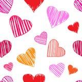 Άνευ ραφής σχέδιο με τις ζωηρόχρωμες καρδιές στο άσπρο υπόβαθρο r ελεύθερη απεικόνιση δικαιώματος