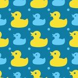 Άνευ ραφής σχέδιο με τις κίτρινες λαστιχένιες πάπιες σε ένα μπλε υπόβαθρο ελεύθερη απεικόνιση δικαιώματος