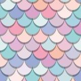 Άνευ ραφής σχέδιο ουρών γοργόνων Ζωηρόχρωμο υπόβαθρο δερμάτων ψαριών Καθιερώνοντα τη μόδα ρόδινα και πορφυρά χρώματα κρητιδογραφι Στοκ εικόνες με δικαίωμα ελεύθερης χρήσης
