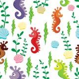 Άνευ ραφής σχέδιο παιδιών των ζωηρόχρωμων αριθμών seahorse και των πράσινων αλγών στο άσπρο υπόβαθρο διανυσματική απεικόνιση