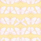 Άνευ ραφής σχέδιο των πεταλούδων σε ένα ανοικτό κίτρινο υπόβαθρο Ελεύθερη απεικόνιση δικαιώματος