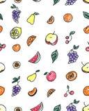 Άνευ ραφής σχέδιο των φρούτων: αχλάδι, Apple, πορτοκάλι, κινεζική γλώσσα, σταφύλια, κεράσια σε ένα άσπρο υπόβαθρο Στοκ Εικόνα