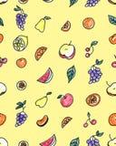 Άνευ ραφής σχέδιο των φρούτων: αχλάδι, Apple, πορτοκάλι, κινεζική γλώσσα, σταφύλια, κεράσια σε ένα κίτρινο υπόβαθρο Στοκ φωτογραφία με δικαίωμα ελεύθερης χρήσης