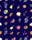 Άνευ ραφής σχέδιο των φρούτων: αχλάδι, Apple, πορτοκάλι, κινεζική γλώσσα, σταφύλια, κεράσια σε ένα μπλε υπόβαθρο Στοκ εικόνες με δικαίωμα ελεύθερης χρήσης