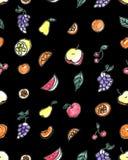 Άνευ ραφής σχέδιο των φρούτων: αχλάδι, Apple, πορτοκάλι, κινεζική γλώσσα, σταφύλια, κεράσια σε ένα μαύρο υπόβαθρο Στοκ Εικόνες
