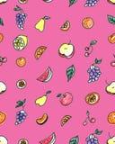 Άνευ ραφής σχέδιο των φρούτων: αχλάδι, Apple, πορτοκάλι, κινεζική γλώσσα, σταφύλια, κεράσια σε ένα ρόδινο υπόβαθρο Στοκ φωτογραφίες με δικαίωμα ελεύθερης χρήσης