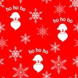Άνευ ραφής σχέδιο Χριστουγέννων με την άσπρη σκιαγραφία Άγιου Βασίλη και snowflakes στο κόκκινο υπόβαθρο στοκ εικόνες