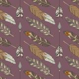 Άνευ ραφής σχέδιο boho με τα φυσικά χρωματισμένα φτερά και τα βέλη αετών στο πορφυρό υπόβαθρο απεικόνιση αποθεμάτων