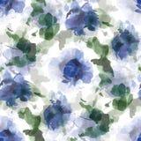 Άνευ ραφής σχέδιο watercolor των μπλε λουλουδιών και των πράσινων φύλλων σε ένα άσπρο υπόβαθρο Στοκ Φωτογραφίες