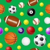 Άνευ ραφής σχέδιο αθλητικών σφαιρών στο πράσινο υπόβαθρο Στοκ εικόνα με δικαίωμα ελεύθερης χρήσης