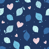 Άνευ ραφής σχέδιο με συρμένες τα χέρι doodle λεμόνια και τις καρδιές επίσης corel σύρετε το διάνυσμα απεικόνισης Στοκ Εικόνες