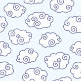 Άνευ ραφής σχέδιο με τα αστεία σύννεφα στο διαστιγμένο ανοικτό μπλε υπόβαθρο Διανυσματική απεικόνιση