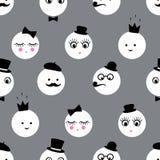 Άνευ ραφής σχέδιο με τα αφηρημένα αστεία πρόσωπα με τα γυαλιά, mustache, τόξο-δεσμός, καπέλο, σωλήνας καπνών, κορώνα στο γκρίζο υ Στοκ εικόνες με δικαίωμα ελεύθερης χρήσης