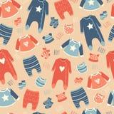 Άνευ ραφής σχέδιο με τα ενδύματα για τα μωρά Στοκ Φωτογραφίες