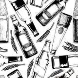 Άνευ ραφής σχέδιο με τα διαφορετικά μπουκάλια μπύρας ελεύθερη απεικόνιση δικαιώματος