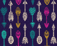 Άνευ ραφής σχέδιο με τα ινδικά βέλη αμερικανών ιθαγενών στο εθνικό ύφος Στοκ φωτογραφία με δικαίωμα ελεύθερης χρήσης